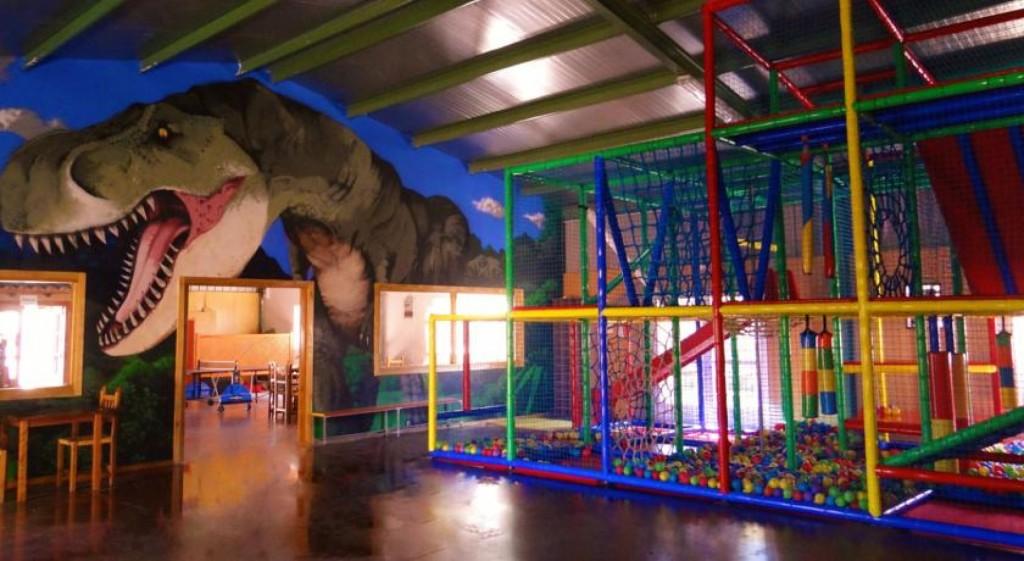 10 hoteles geniales con parque de bolas children friendly for Piscina climatizada teruel