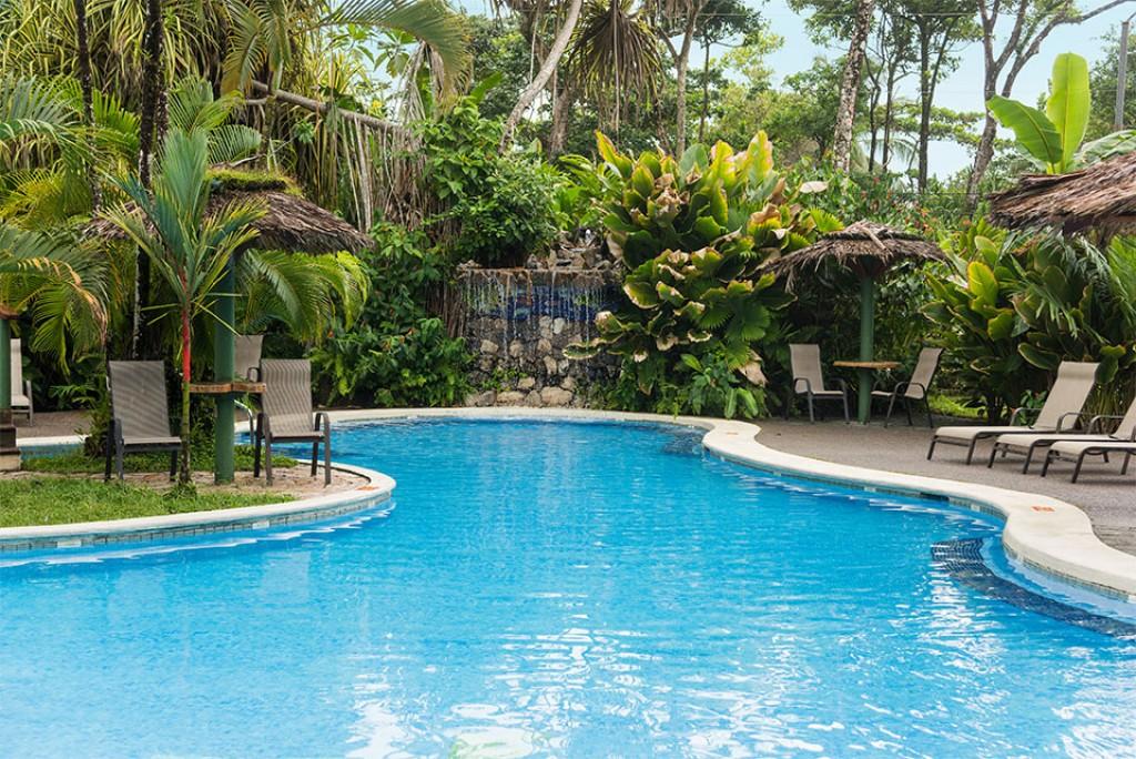 hotel con piscina tortuguero familias
