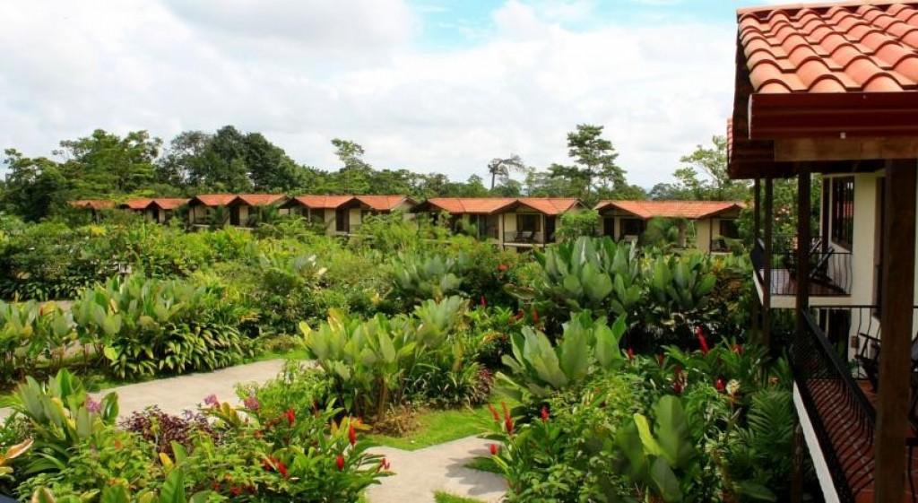 hotel con piscina para familias volcán arenal