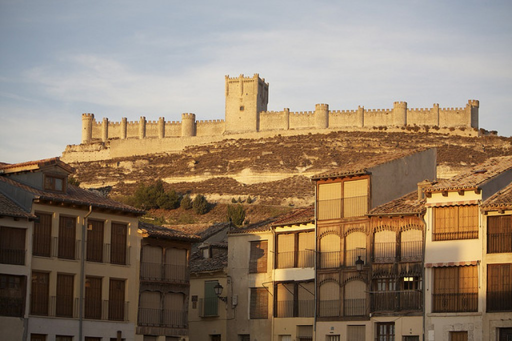 castillo medieval peñafiel con niños